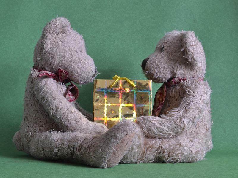 Ursuleti-si-un-cadou