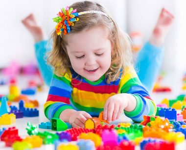 Fetita-si-jucarii-pentru-copii