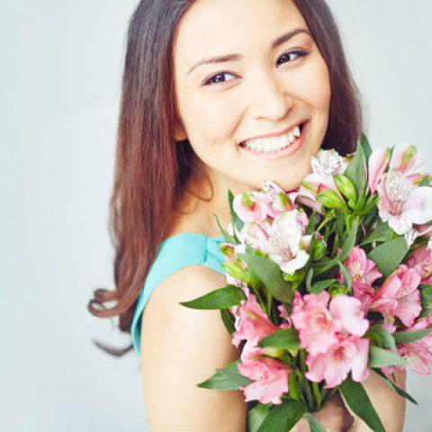 femeile-iubesc-florile