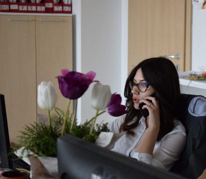 Femeie discutand in firma