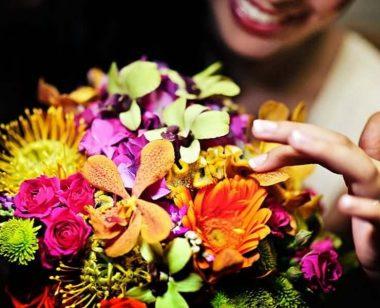 Femeie uimita de flori