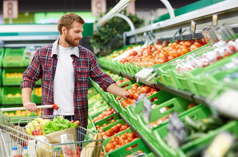 Barbat la cumparaturi in supermarket